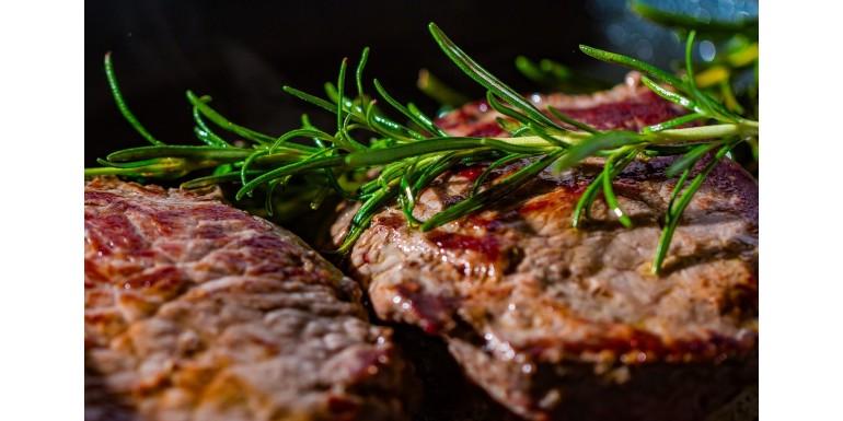 Czym najlepiej przyprawiać mięso – niezawodne sposoby na wydobycie smaku