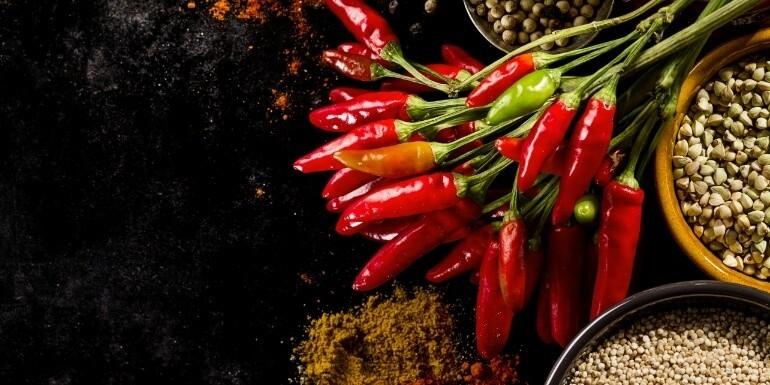 Ostre przyprawy w kuchni: rodzaje papryczek chili